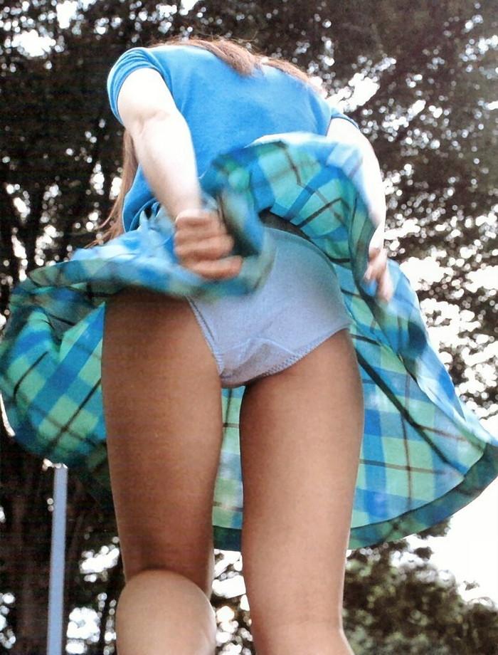 【パンチラエロ画像】風に翻ったスカートの中身を狙い撃ちしたったぜww 17