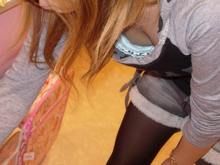 【素人胸チラエロ画像】パックリ開いた胸元から覗く素人女性のおっぱいがグゥ! 01