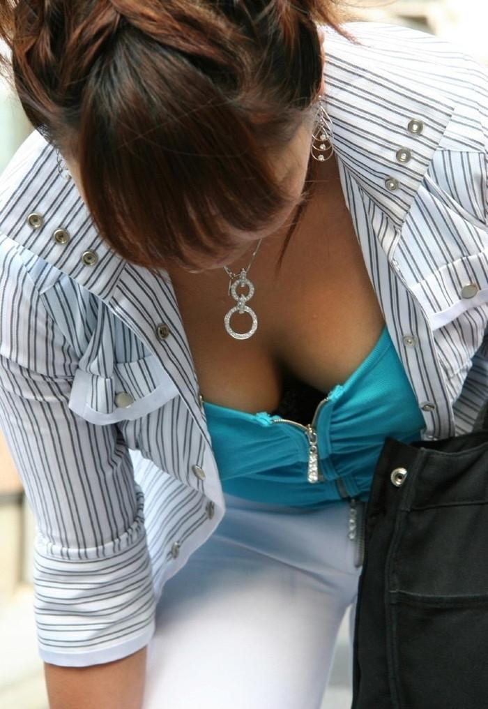 【素人胸チラエロ画像】パックリ開いた胸元から覗く素人女性のおっぱいがグゥ! 02