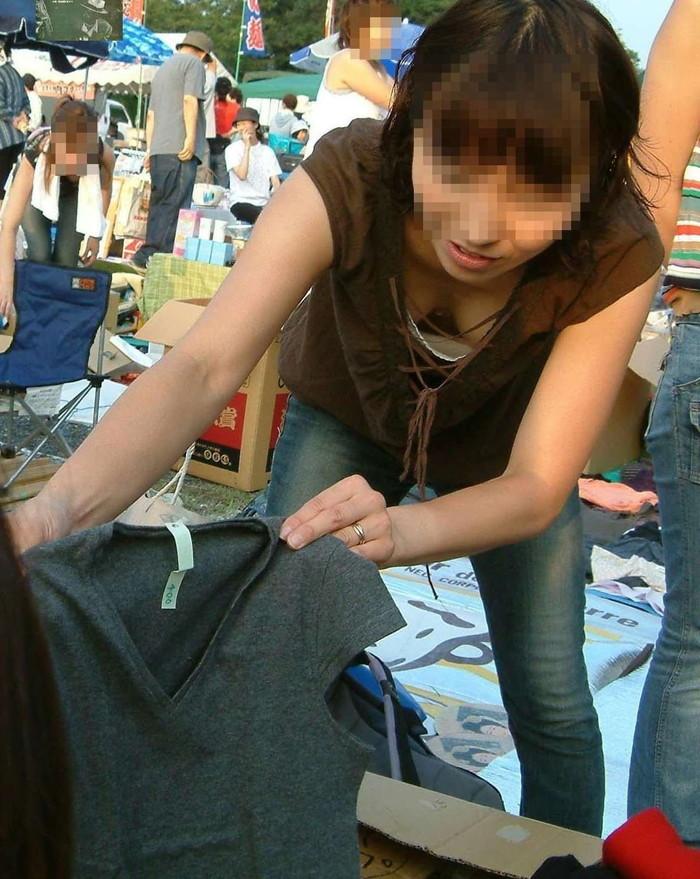 【素人胸チラエロ画像】パックリ開いた胸元から覗く素人女性のおっぱいがグゥ! 07