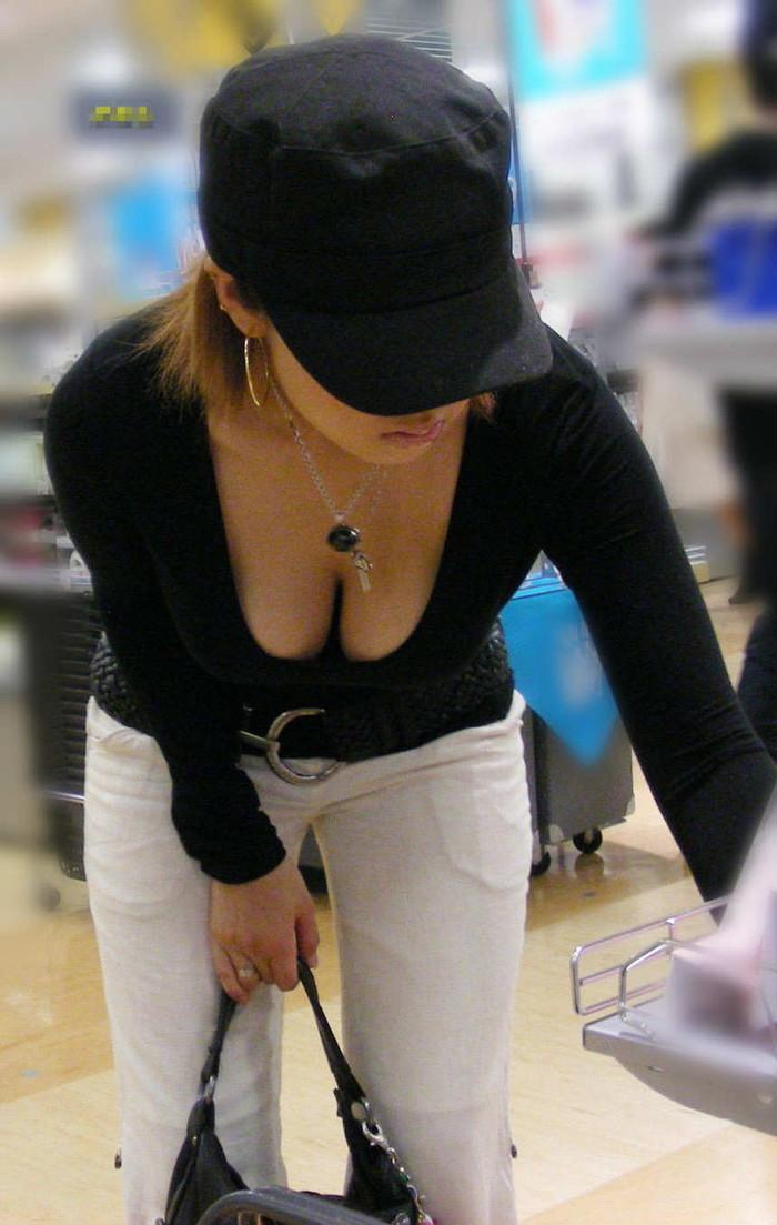 【素人胸チラエロ画像】パックリ開いた胸元から覗く素人女性のおっぱいがグゥ! 10