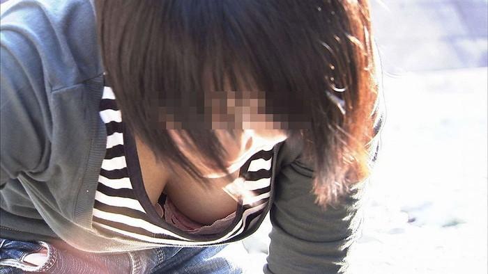 【素人胸チラエロ画像】パックリ開いた胸元から覗く素人女性のおっぱいがグゥ! 13