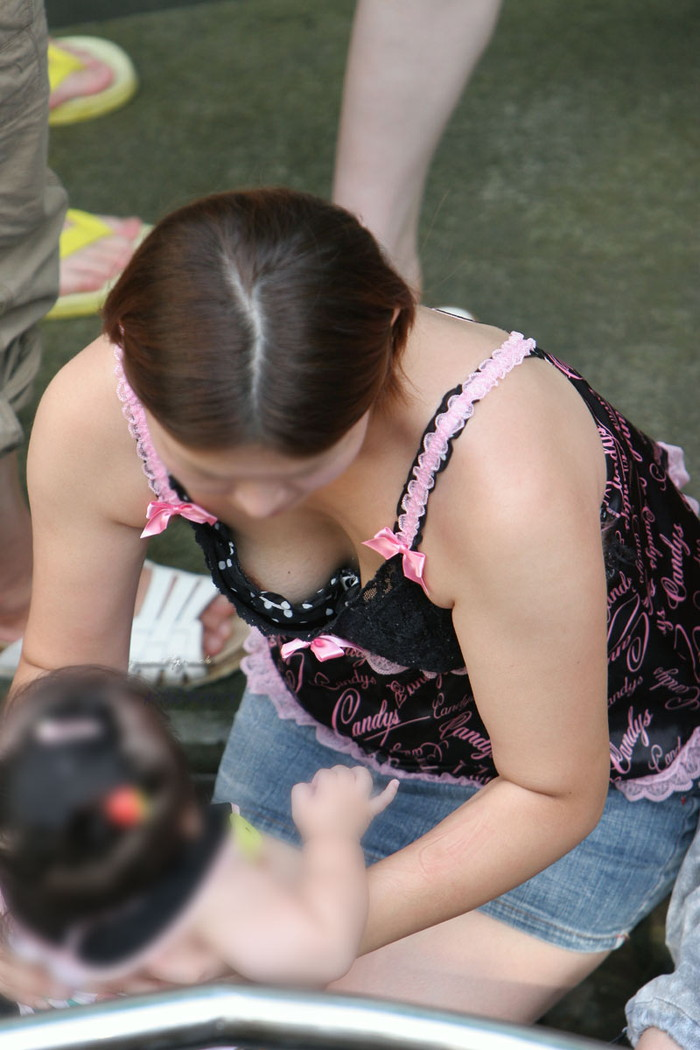 【素人胸チラエロ画像】パックリ開いた胸元から覗く素人女性のおっぱいがグゥ! 14