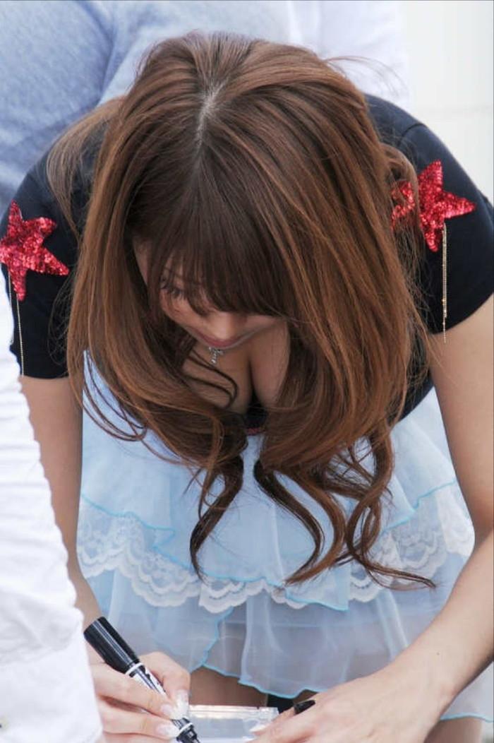 【素人胸チラエロ画像】パックリ開いた胸元から覗く素人女性のおっぱいがグゥ! 17