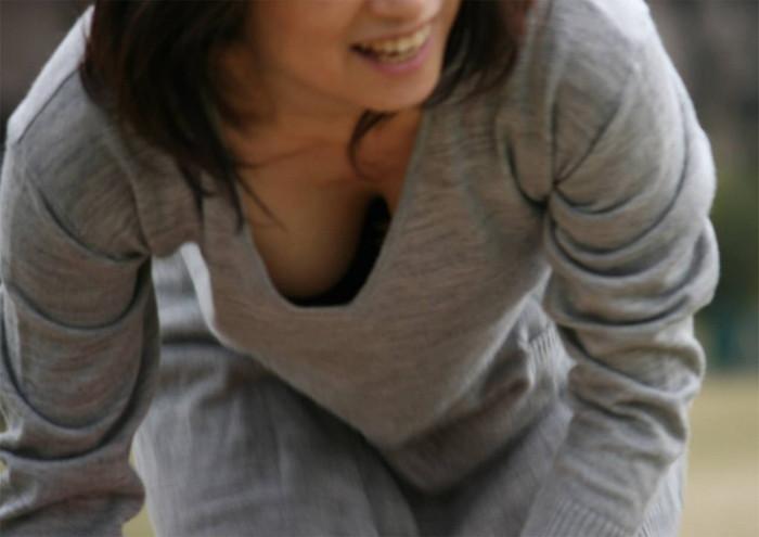【素人胸チラエロ画像】パックリ開いた胸元から覗く素人女性のおっぱいがグゥ! 23