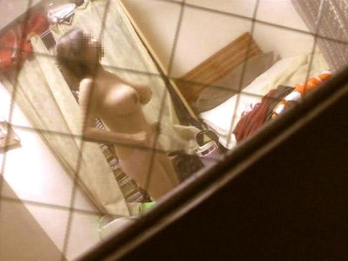 【民家盗撮エロ画像】無防備すぎるだろ!?自宅でうっかり盗撮魔の餌食になった女の子! 05