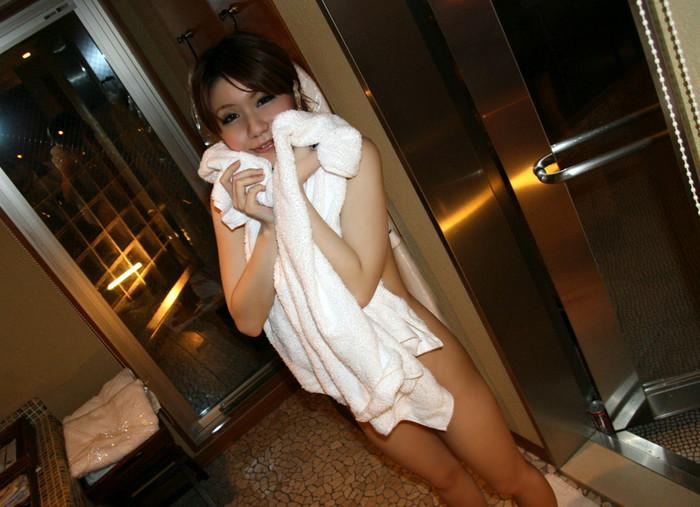 【バスタオルエロ画像】全裸にバスタオルのみ!って妙に厭らしいよね!w 03