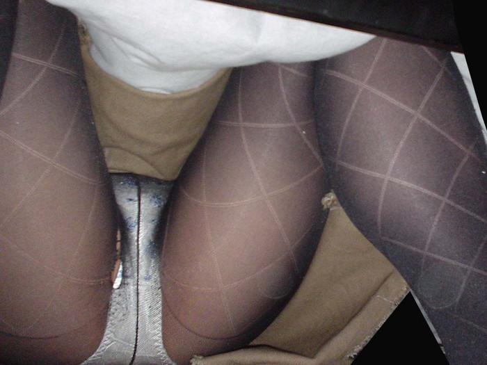 【コタツ内盗撮エロ画像】コタツに入っている女の子の下半身を覗いてみた結果w 12