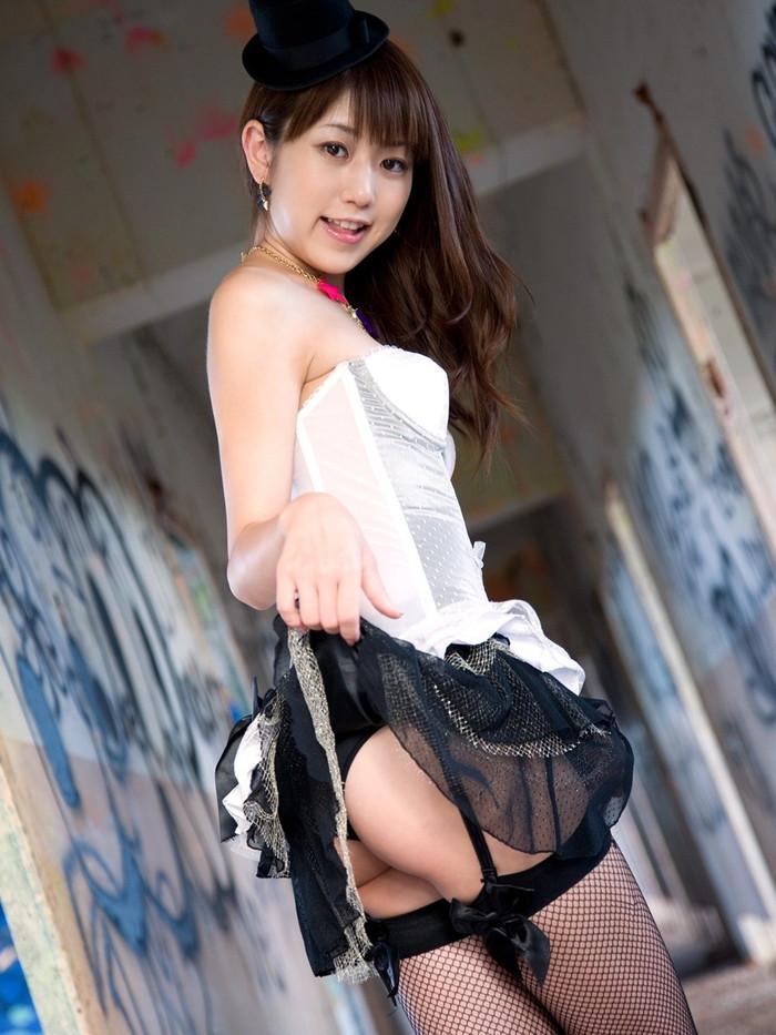 【セルフパンチラエロ画像】可愛い女の子が自らスカートをたくし上げて「見てもいいんだよ!?」 10