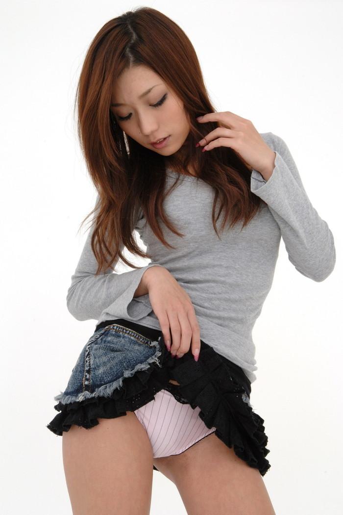 【セルフパンチラエロ画像】可愛い女の子が自らスカートをたくし上げて「見てもいいんだよ!?」 11