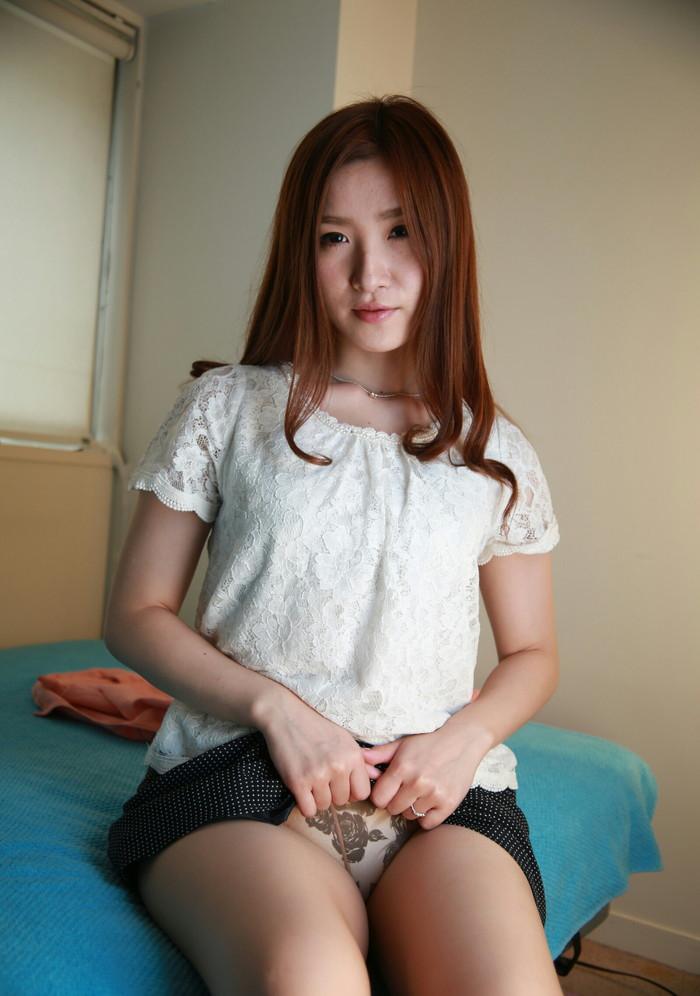 【セルフパンチラエロ画像】可愛い女の子が自らスカートをたくし上げて「見てもいいんだよ!?」 17