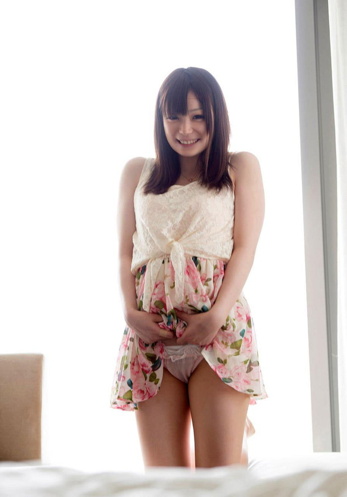 【セルフパンチラエロ画像】可愛い女の子が自らスカートをたくし上げて「見てもいいんだよ!?」 18