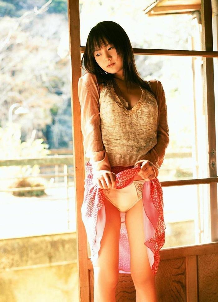【セルフパンチラエロ画像】可愛い女の子が自らスカートをたくし上げて「見てもいいんだよ!?」 22