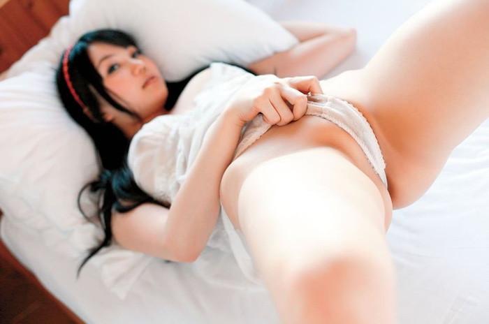 【Tフロントエロ画像】股間にグイグイ食い込んだパンティーが卑猥すぎるだろ!? 16