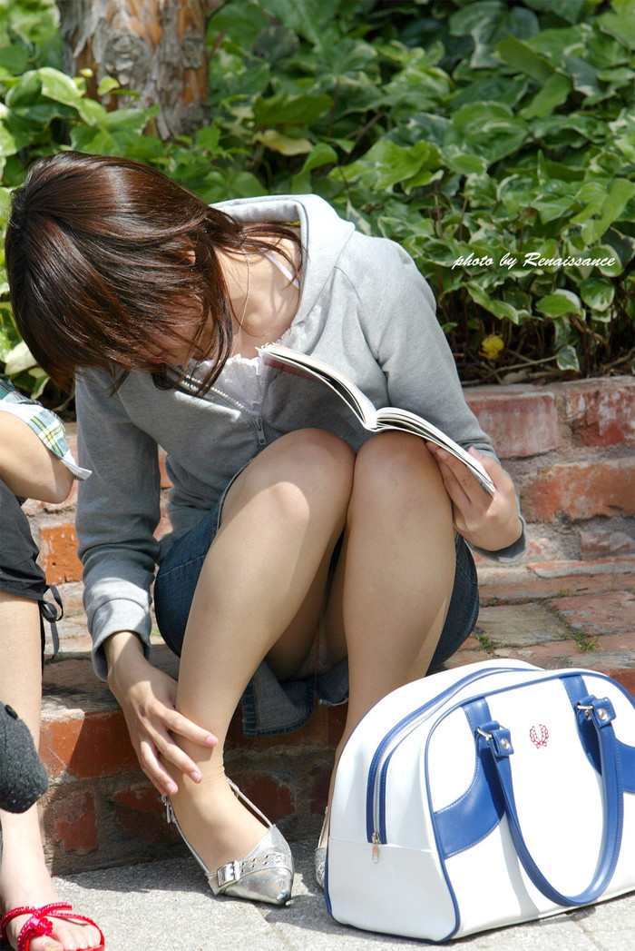【しゃがみ込みパンチラエロ画像】スカートの女の子がうっかり油断した瞬間!パンチラ! 02