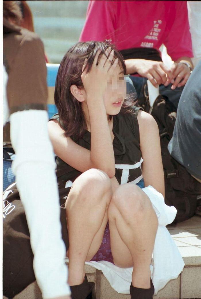 【しゃがみ込みパンチラエロ画像】スカートの女の子がうっかり油断した瞬間!パンチラ! 03