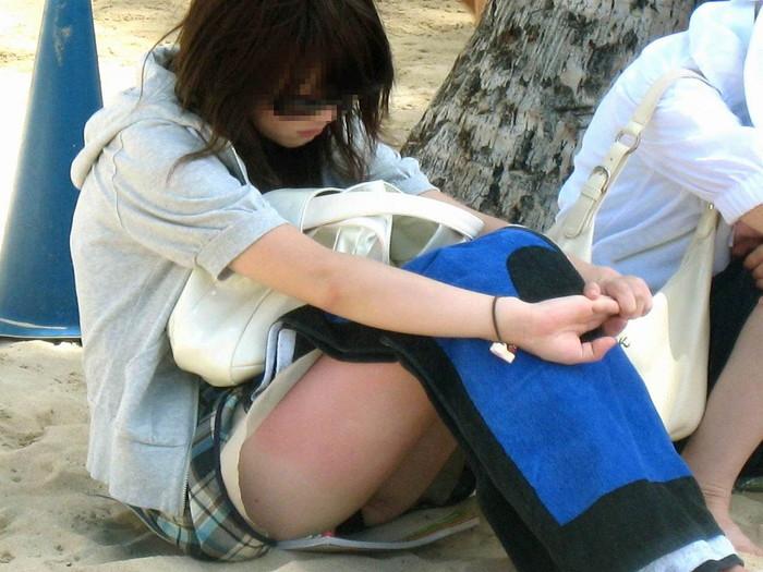 【しゃがみ込みパンチラエロ画像】スカートの女の子がうっかり油断した瞬間!パンチラ! 07