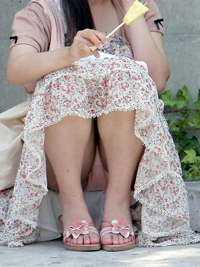 【しゃがみ込みパンチラエロ画像】スカートの女の子がうっかり油断した瞬間!パンチラ! 08