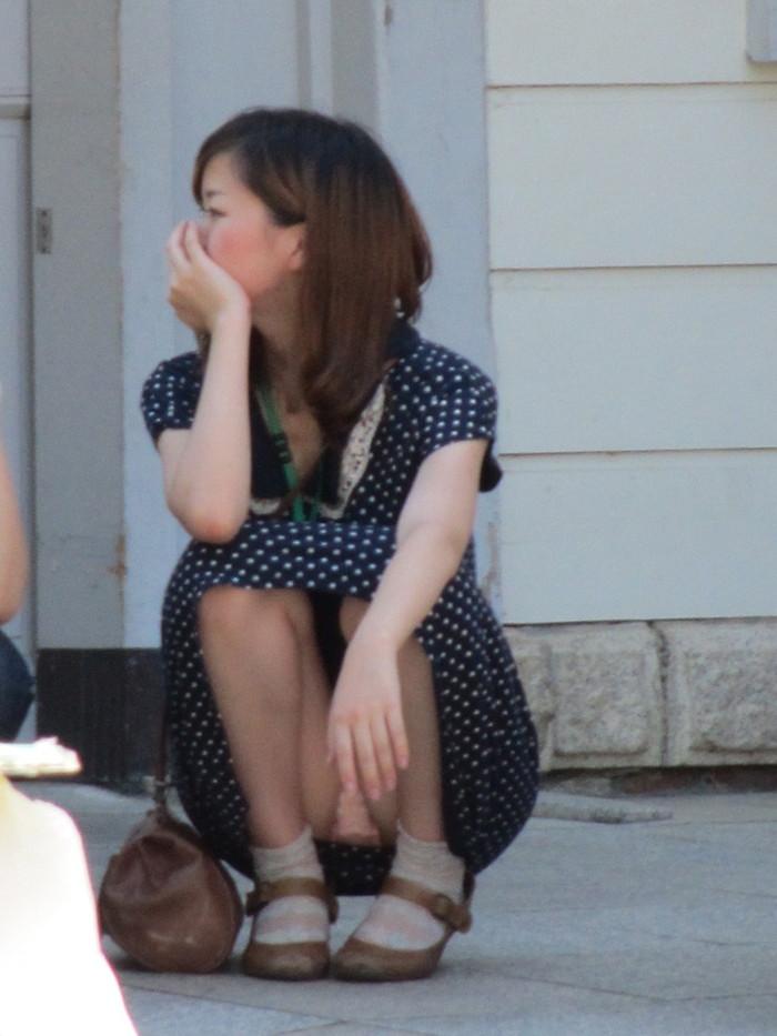 【しゃがみ込みパンチラエロ画像】スカートの女の子がうっかり油断した瞬間!パンチラ! 12