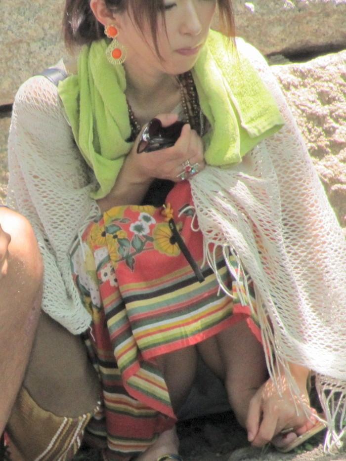 【しゃがみ込みパンチラエロ画像】スカートの女の子がうっかり油断した瞬間!パンチラ! 16