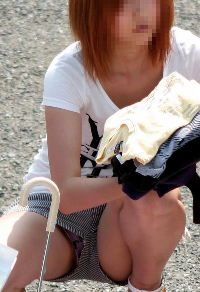 【しゃがみ込みパンチラエロ画像】スカートの女の子がうっかり油断した瞬間!パンチラ! 17