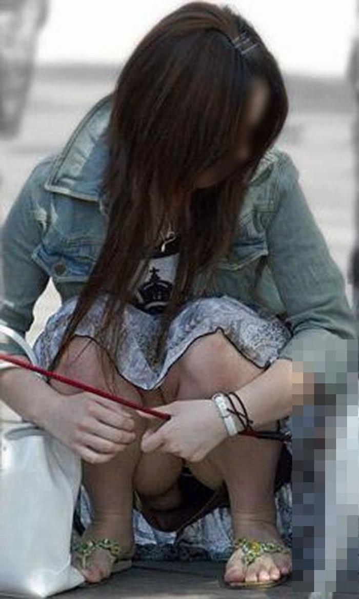 【しゃがみ込みパンチラエロ画像】スカートの女の子がうっかり油断した瞬間!パンチラ! 18