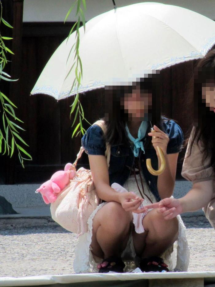 【しゃがみ込みパンチラエロ画像】スカートの女の子がうっかり油断した瞬間!パンチラ! 19