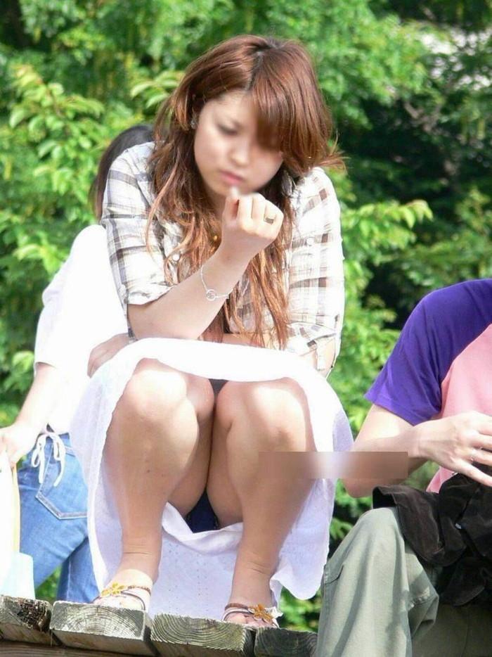 【しゃがみ込みパンチラエロ画像】スカートの女の子がうっかり油断した瞬間!パンチラ! 23