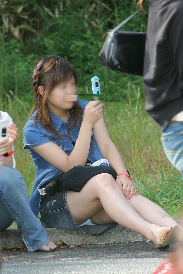 【しゃがみ込みパンチラエロ画像】スカートの女の子がうっかり油断した瞬間!パンチラ! 26
