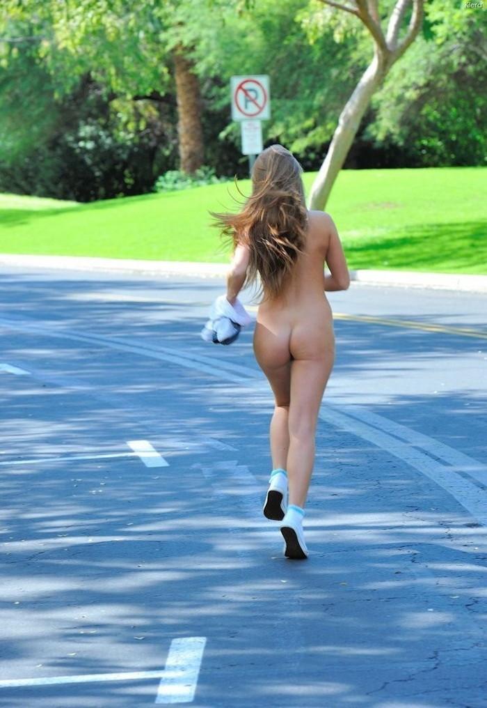 【全裸スポーツエロ画像】一体なぜ全裸で!?全裸でスポーツする海外女子がめちゃエロッ! 05