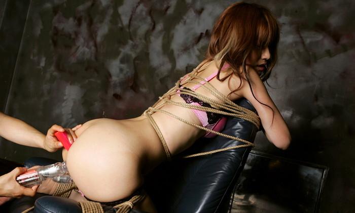 【緊縛エロ画像】趣味の路線強し!女の子が緊縛されて辱めを受けている画像! 08