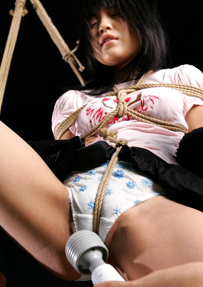 【緊縛エロ画像】趣味の路線強し!女の子が緊縛されて辱めを受けている画像! 10