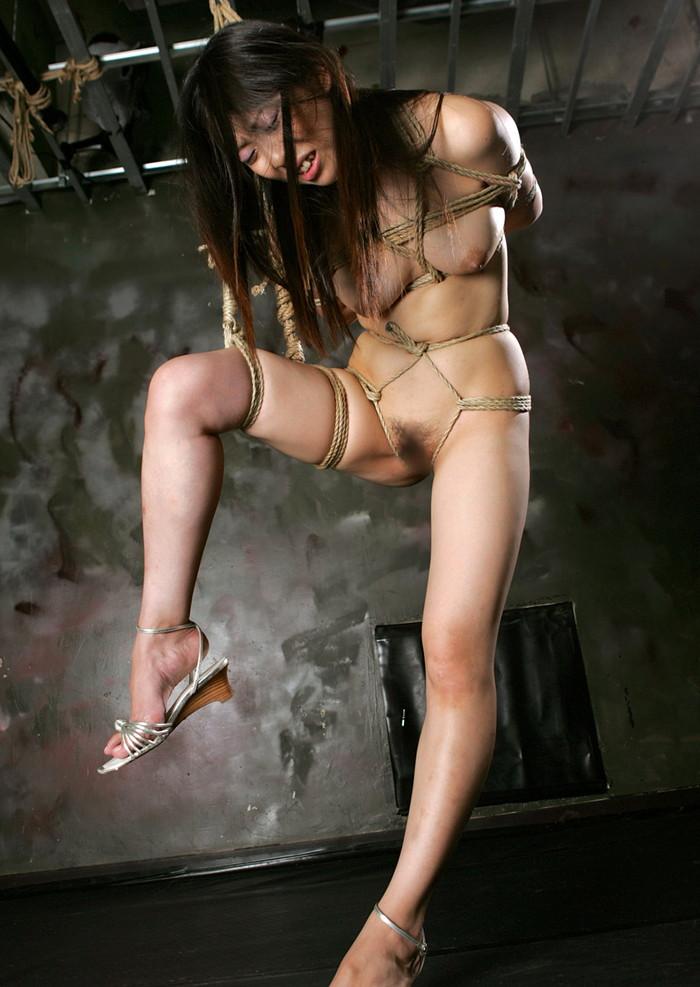 【緊縛エロ画像】趣味の路線強し!女の子が緊縛されて辱めを受けている画像! 15