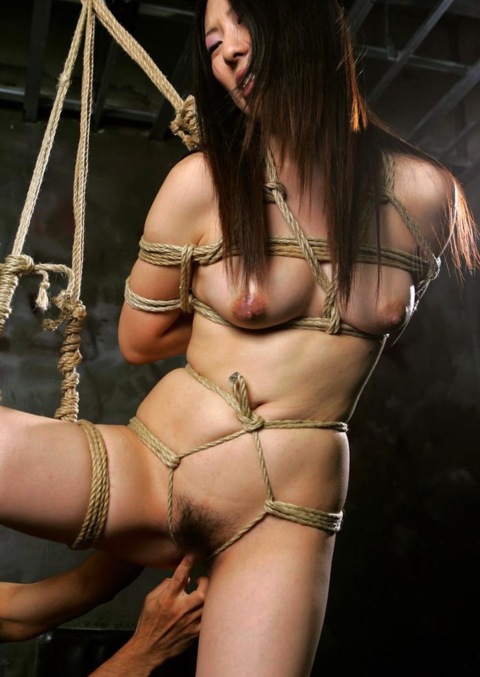 【緊縛エロ画像】趣味の路線強し!女の子が緊縛されて辱めを受けている画像! 19