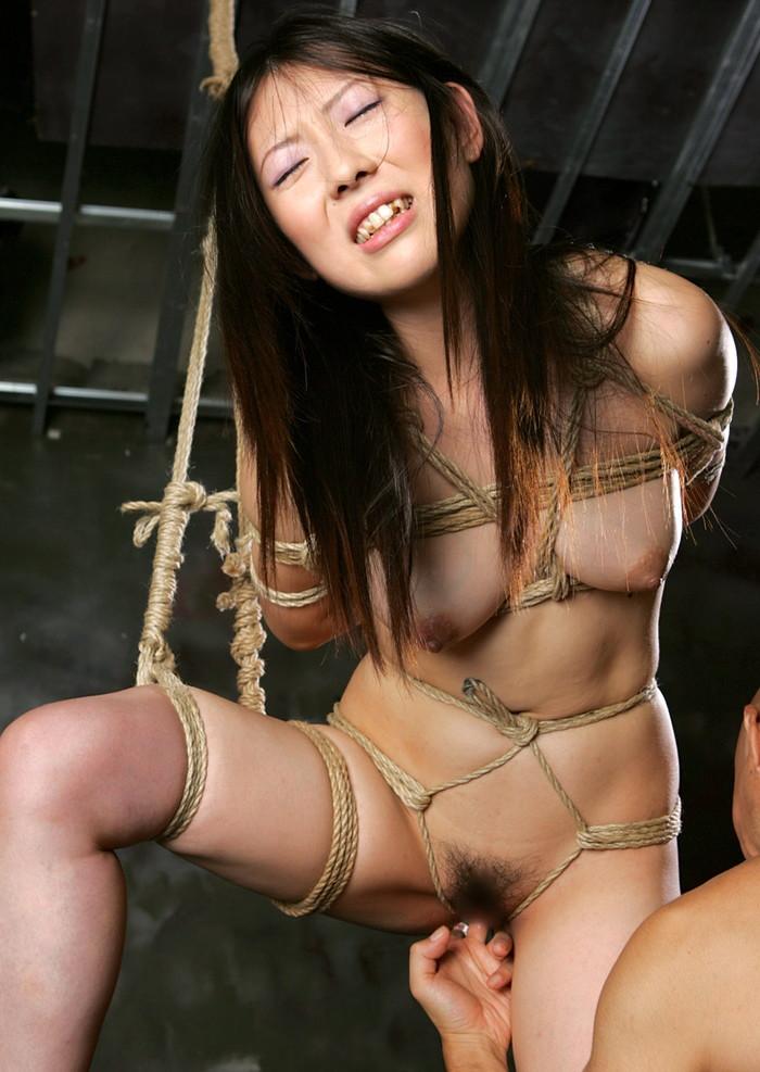 【緊縛エロ画像】趣味の路線強し!女の子が緊縛されて辱めを受けている画像! 23
