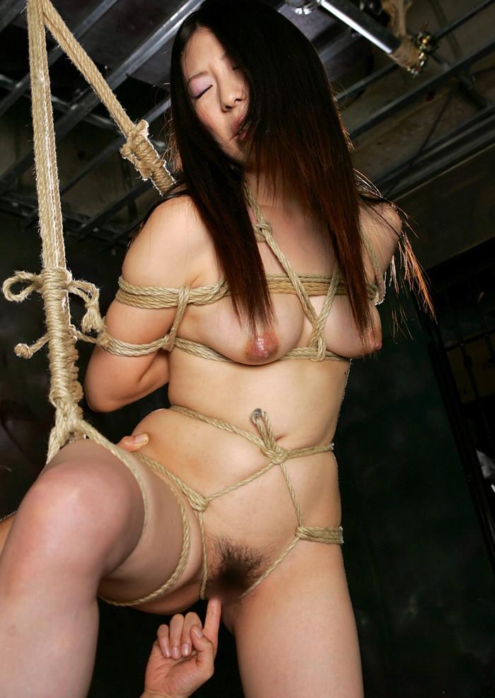 【緊縛エロ画像】趣味の路線強し!女の子が緊縛されて辱めを受けている画像! 24