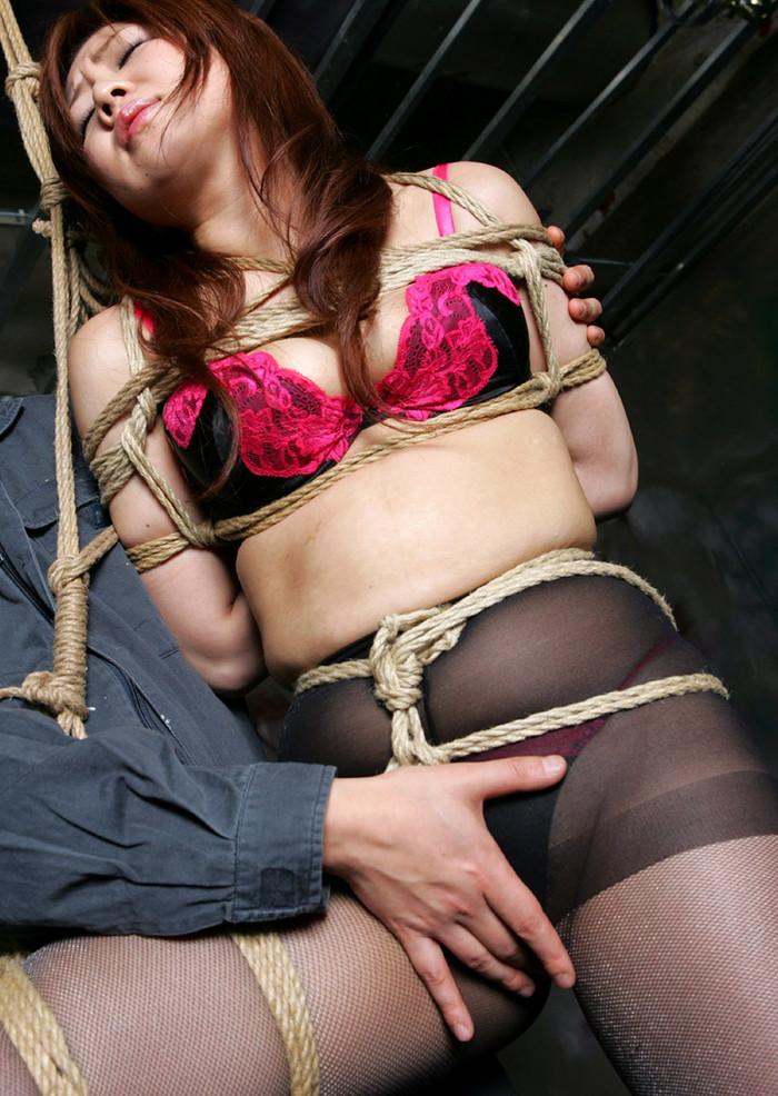 【緊縛エロ画像】趣味の路線強し!女の子が緊縛されて辱めを受けている画像! 27