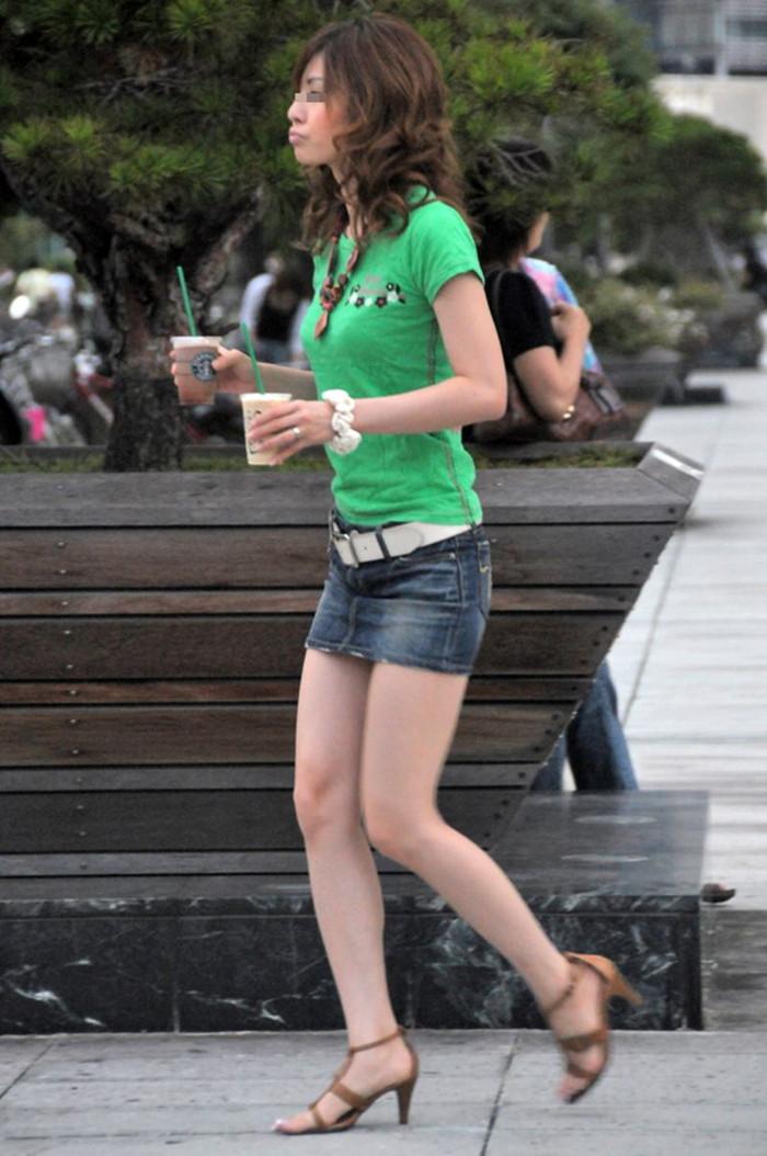 【ミニスカートエロ画像】見えそうで見えない超ミニ!キケンすぎる太ももにフル勃起! 09