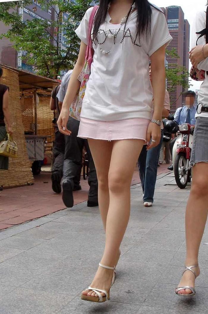 【ミニスカートエロ画像】見えそうで見えない超ミニ!キケンすぎる太ももにフル勃起! 10