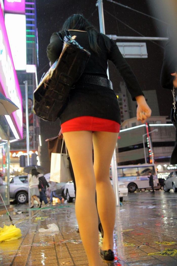 【ミニスカートエロ画像】見えそうで見えない超ミニ!キケンすぎる太ももにフル勃起! 15