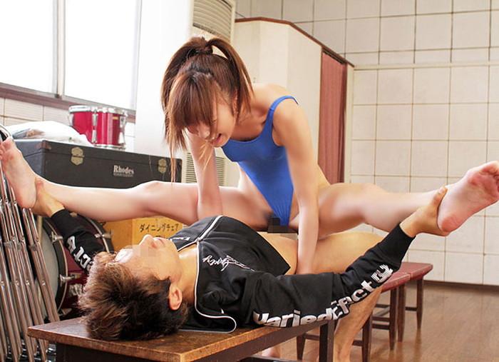 【セックスエロ画像】アクロバティックな体位でセックスを数倍楽しむ男女のスゴ技! 23