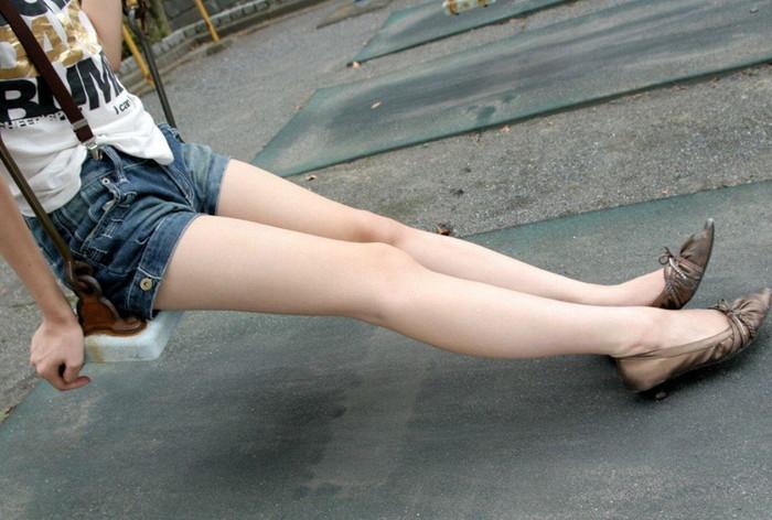 【色白美脚エロ画像】真っ白な太もも!スラリと伸びた足に思わず見とれてしまう! 04