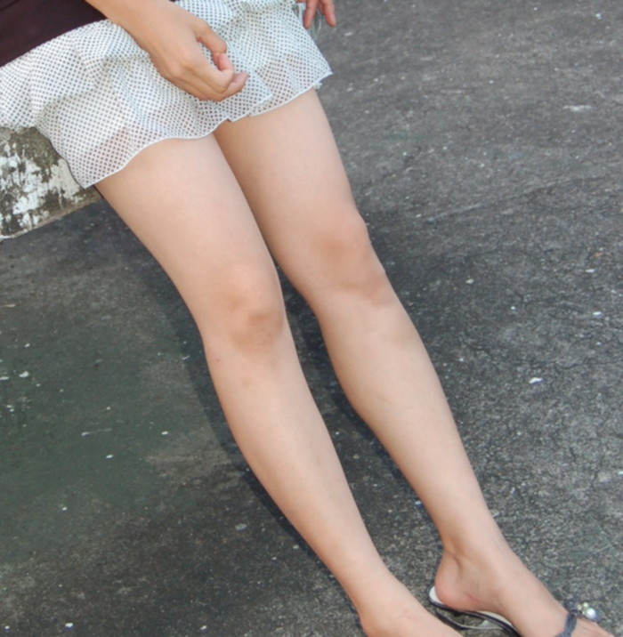 【色白美脚エロ画像】真っ白な太もも!スラリと伸びた足に思わず見とれてしまう! 20