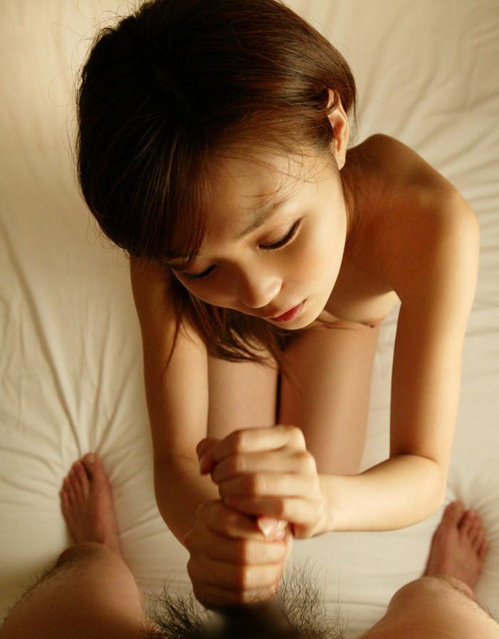【手コキエロ画像】チンポをシコシコと手コキで弄ぶ女達がめっちゃ卑猥だな! 21
