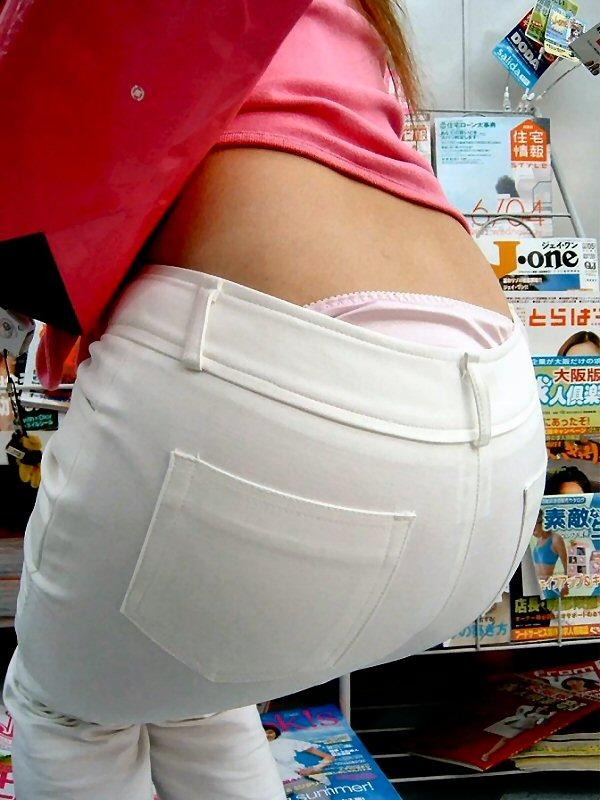 【ハミパンエロ画像】パンツがはみ出している!?これは見るな!といわれても無理!w 13
