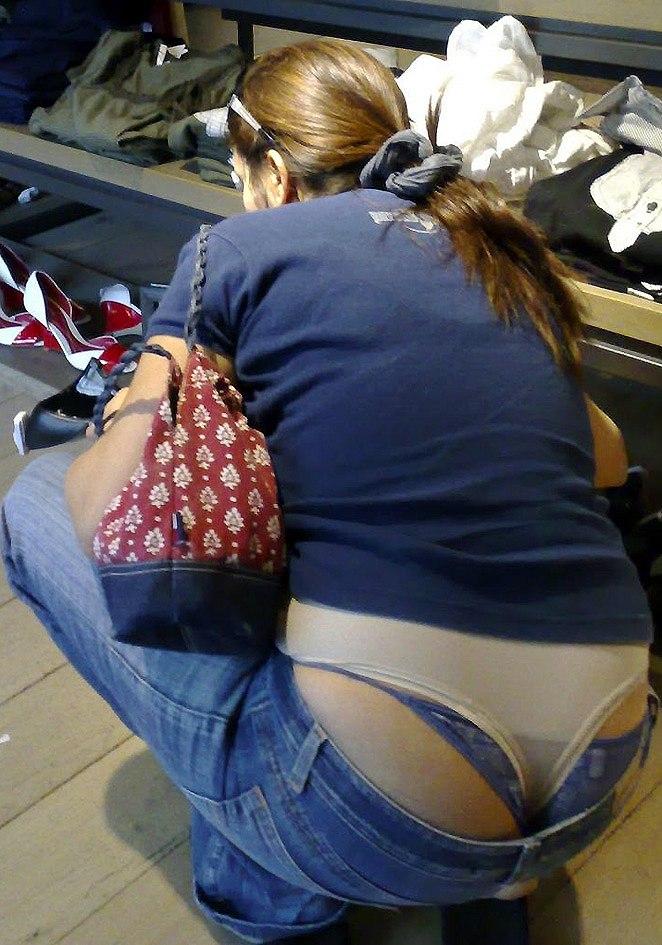 【ハミパンエロ画像】パンツがはみ出している!?これは見るな!といわれても無理!w 26