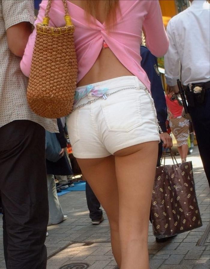 【ホットパンツエロ画像】男性の視線独り占め!どうしたってガン見しちゃうホットパンツ! 10