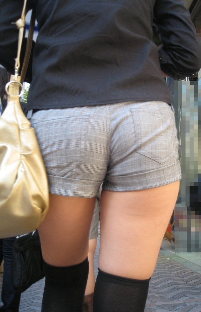 【ホットパンツエロ画像】男性の視線独り占め!どうしたってガン見しちゃうホットパンツ! 18