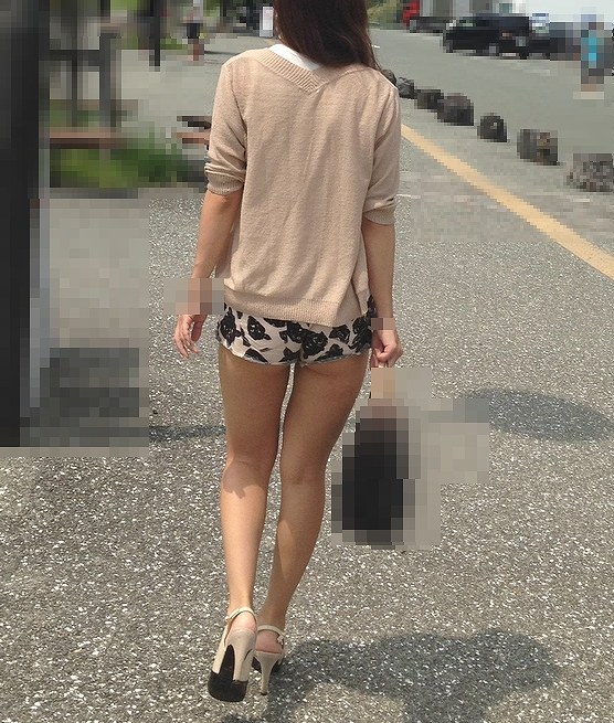 【ホットパンツエロ画像】男性の視線独り占め!どうしたってガン見しちゃうホットパンツ! 29