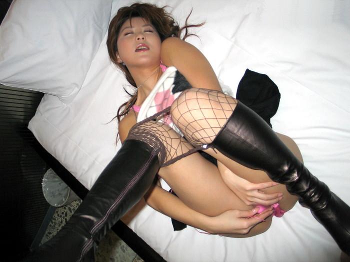 【ローターオナニーエロ画像】ローターでオマンコ刺激して自分を慰めるオナニー女子! 12